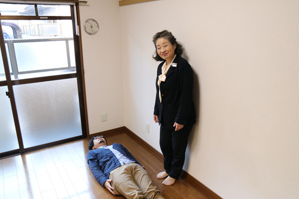 部屋で横になるマンスーン画像