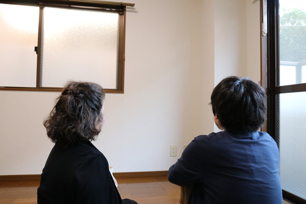 座るマンスーン画像