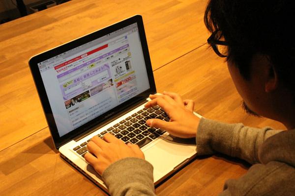 パソコンをいじるマンスーン画像