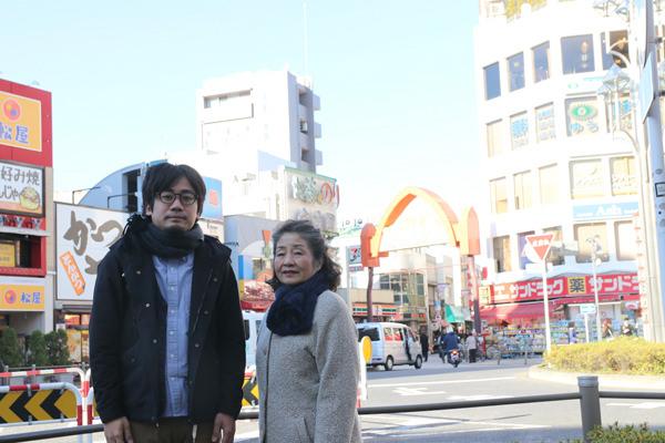 高円寺で撮影した武井さんとマンスーンの画像
