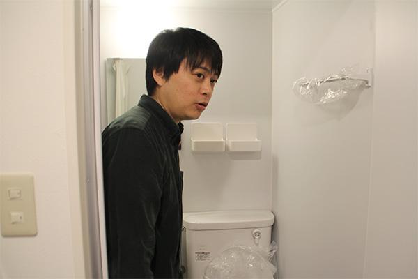 トイレを紹介する宮脇