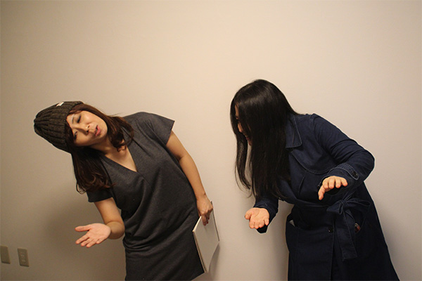 ロング丈の服が折れたさまを表現する2人